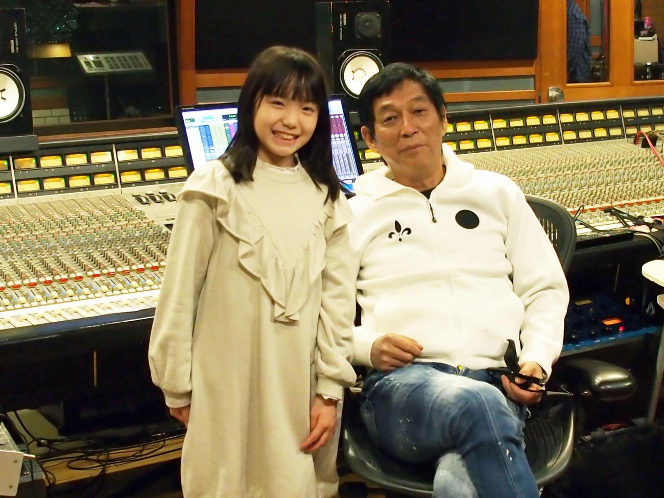 「イメージの詩」をレコーディングした稲垣来泉(左)と明石家さんま
