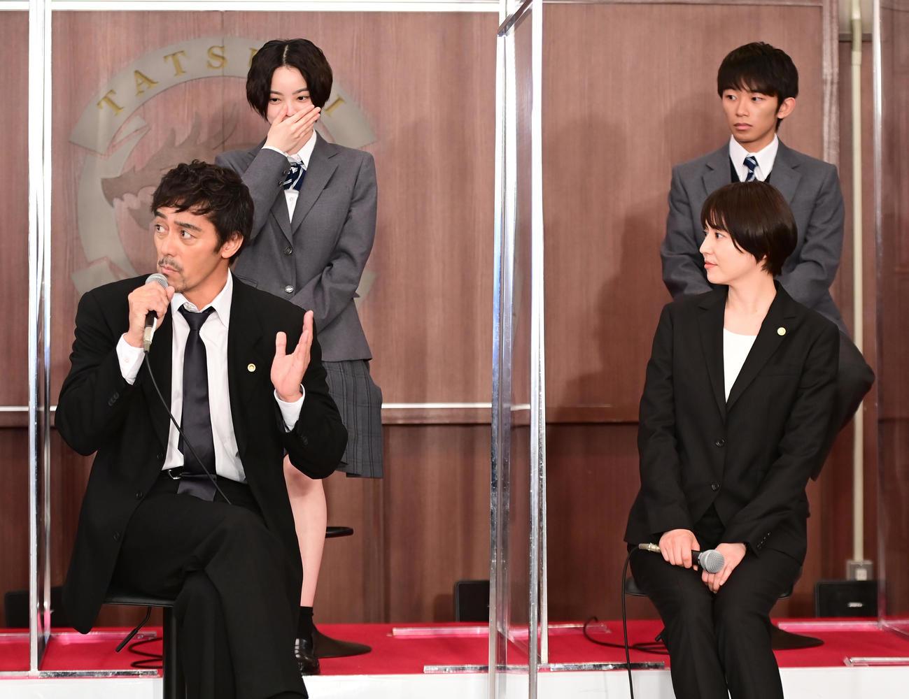 TBS系日曜劇場「ドラゴン桜」制作発表に臨む、前列左から阿部寛、長澤まさみ、後列左から平手友梨奈、加藤清史郎(撮影・小沢裕)