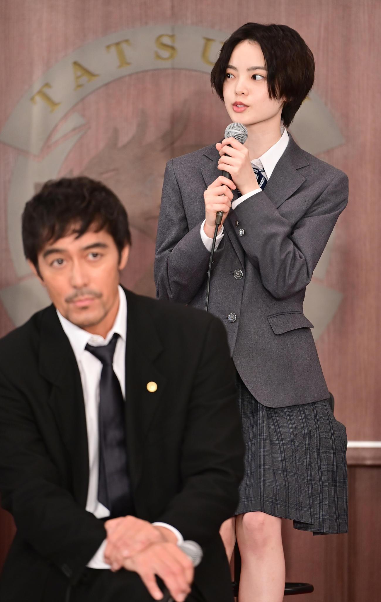 TBS系日曜劇場「ドラゴン桜」制作発表に臨む平手友梨奈。手前は阿部寛(撮影・小沢裕)