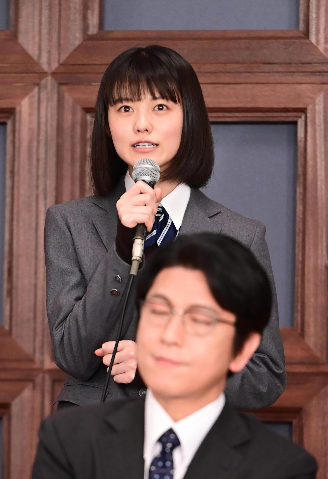 TBS系日曜劇場「ドラゴン桜」制作発表に臨む志田彩良。手前は及川光博(撮影・小沢裕)
