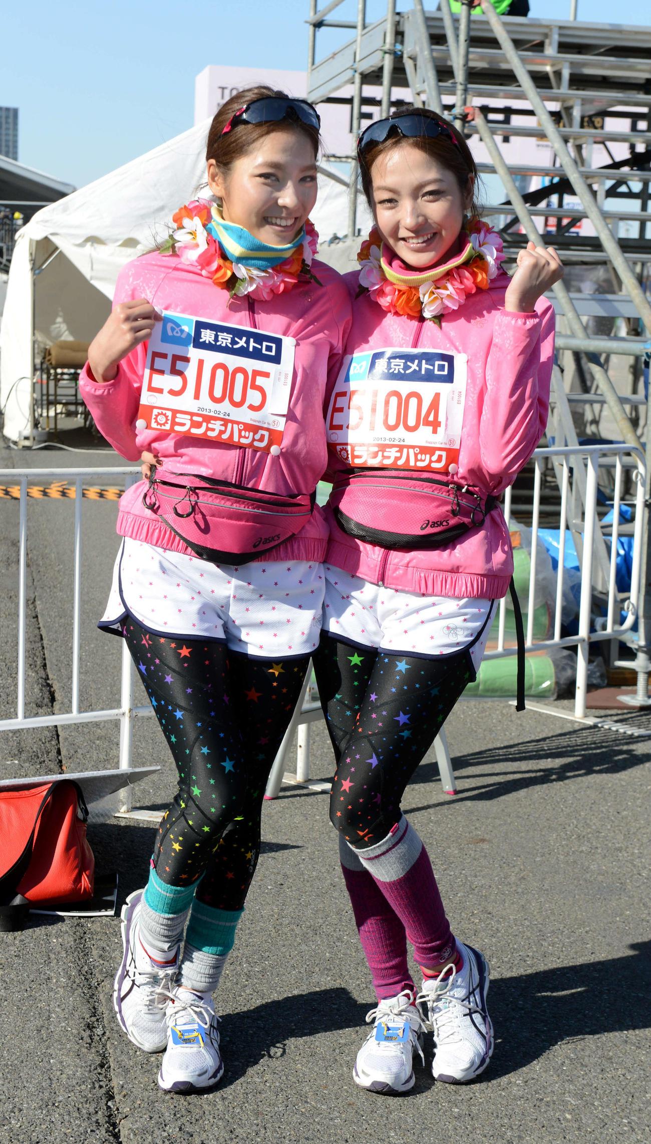 「ひうら姉妹」の妹結花(右)と姉舞花(13年2月24日)
