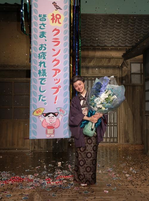 ヒロインを務めた「おちょやん」のクランクアップで花束を手にする杉咲花