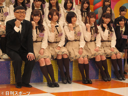 「NOGIBINGO!2」の初回収録に臨んだ乃木坂46のメンバーとイジリー岡田。前列左から5人目が松村沙友理