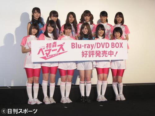 16年3月、ユニホーム姿で登場した乃木坂46。後列左から4人目が松村沙友理