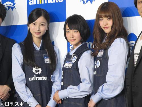 アニメイトの制服姿で登場した乃木坂46。左から佐々木琴子、生駒里奈、松村沙友理(2016年3月17日撮影)