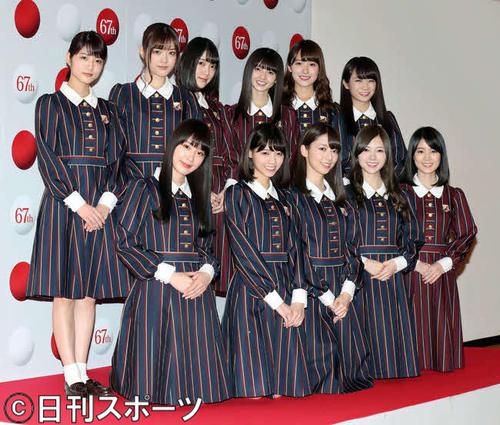 第67回NHK紅白歌合戦リハーサルを終え、カメラマンのリクエストに応えて写真撮影に応じる乃木坂46。後列左から2人目が松村沙友理(2016年12月28日撮影)
