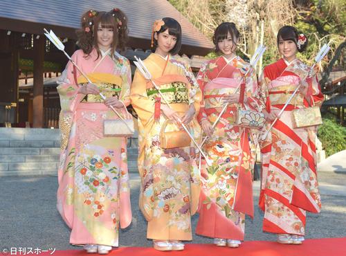 成人式を迎え艶やかな着物姿を披露した乃木坂46の、左から松村沙友理、橋本奈々未、白石麻衣、衛藤美彩(13年1月13日)