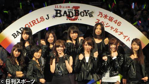 レディース姿でポーズを決める乃木坂46。前列左から5人目が松村沙友理(2013年10月30日撮影)