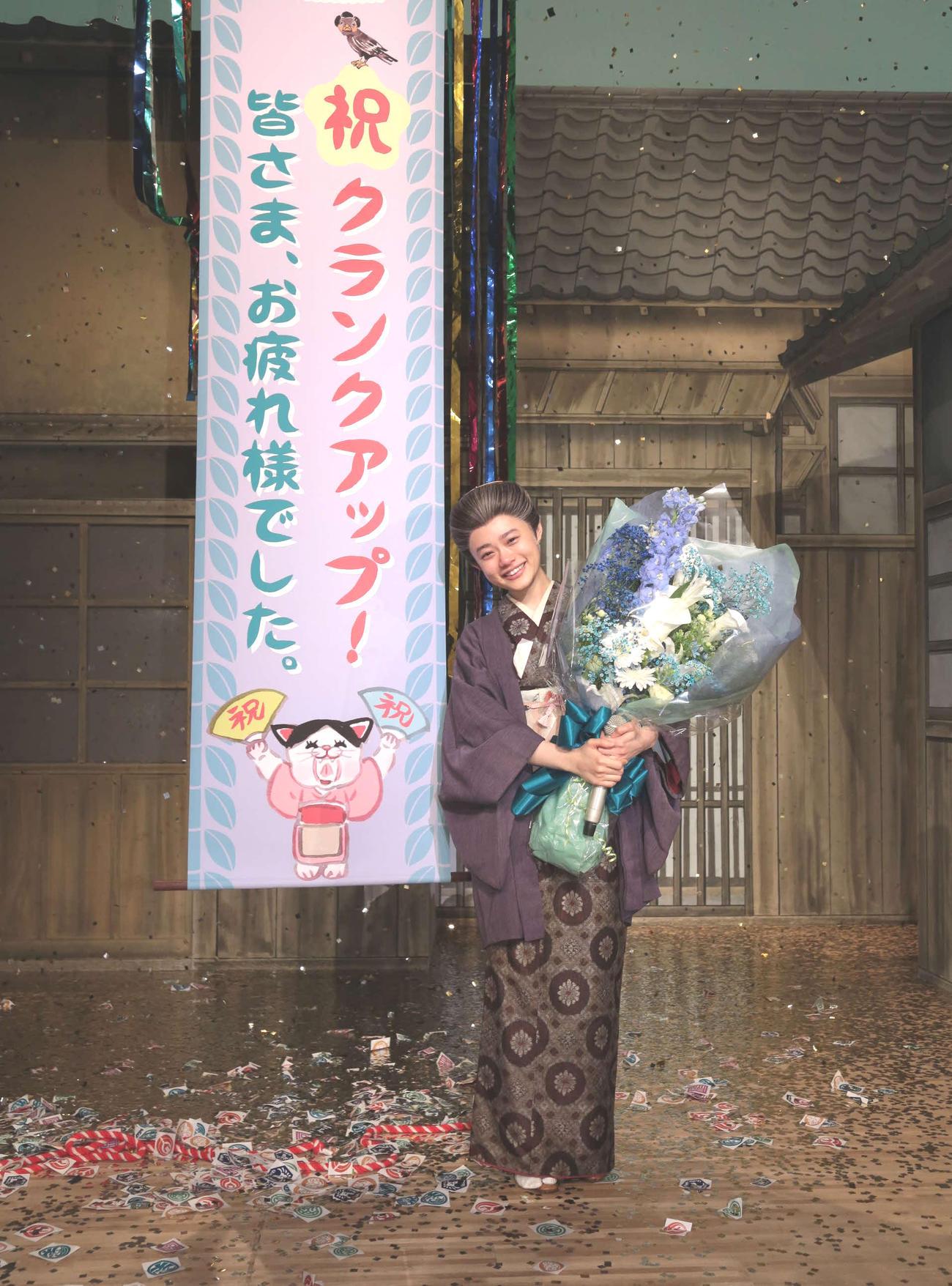 NHK連続テレビ小説「おちょやん」がクランクアップし、花束を持つ杉咲花