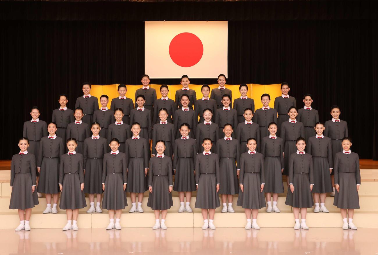 撮影時のみマスクを外して、記念撮影を行った宝塚音楽学校109期生40人
