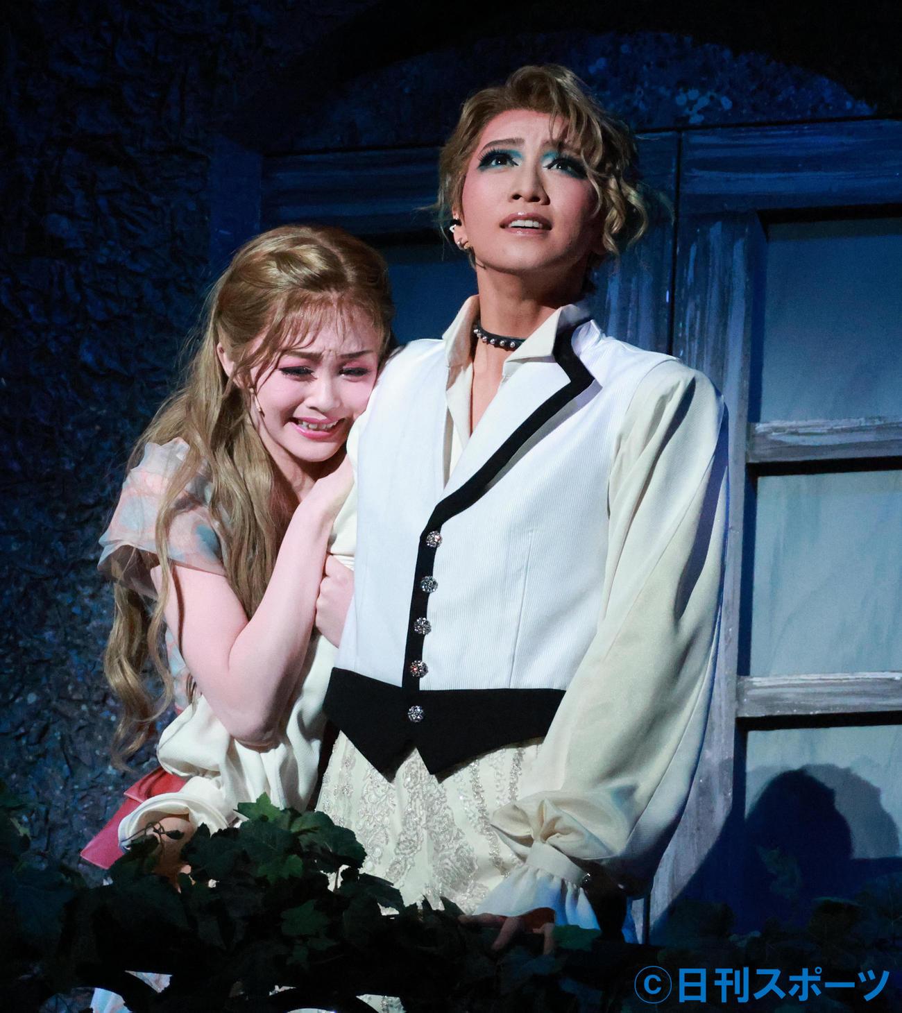 「ロミオとジュリエット」で熱演する礼真琴(右)と舞空瞳(撮影・中島郁夫)