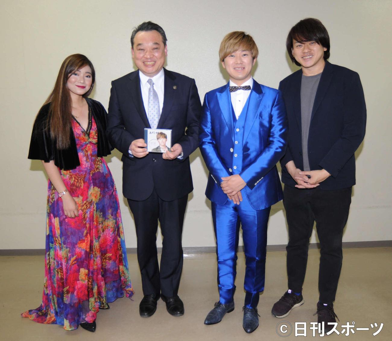 裾野市版「思い出の交差点」を発表した、左からカテリン、高村謙二裾野市長、太田克樹、近藤薫氏