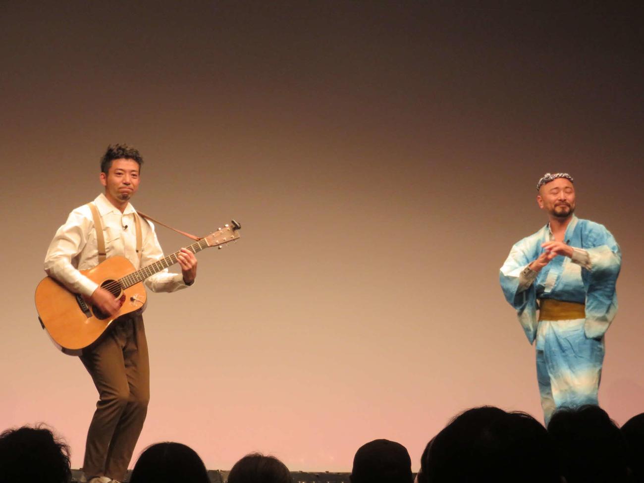 「タイタンライブ」で「イチモツ音頭」を披露するどぶろっくの森慎太郎(左)と江口直人