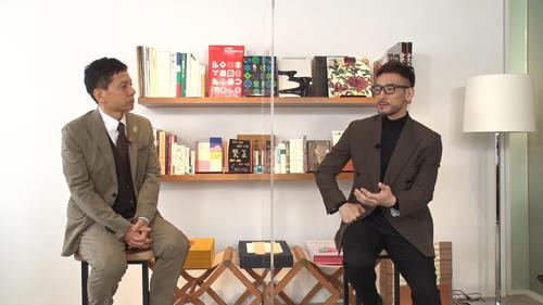 テレビ東京「FOOT×BRAIN」放送10周年特別企画で、MCの勝村政信(左)と対談する中田英寿氏