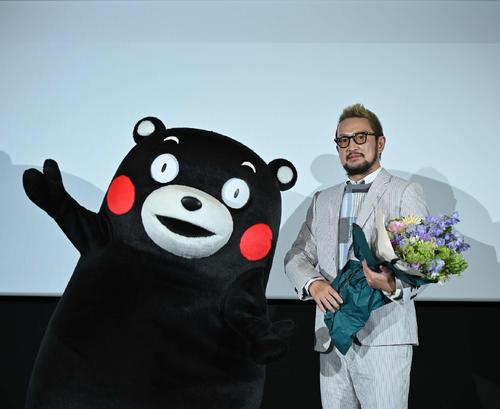 熊本ピカデリーの3面ライブスクリーン初披露の舞台あいさつに出席した中村獅童とくまモン