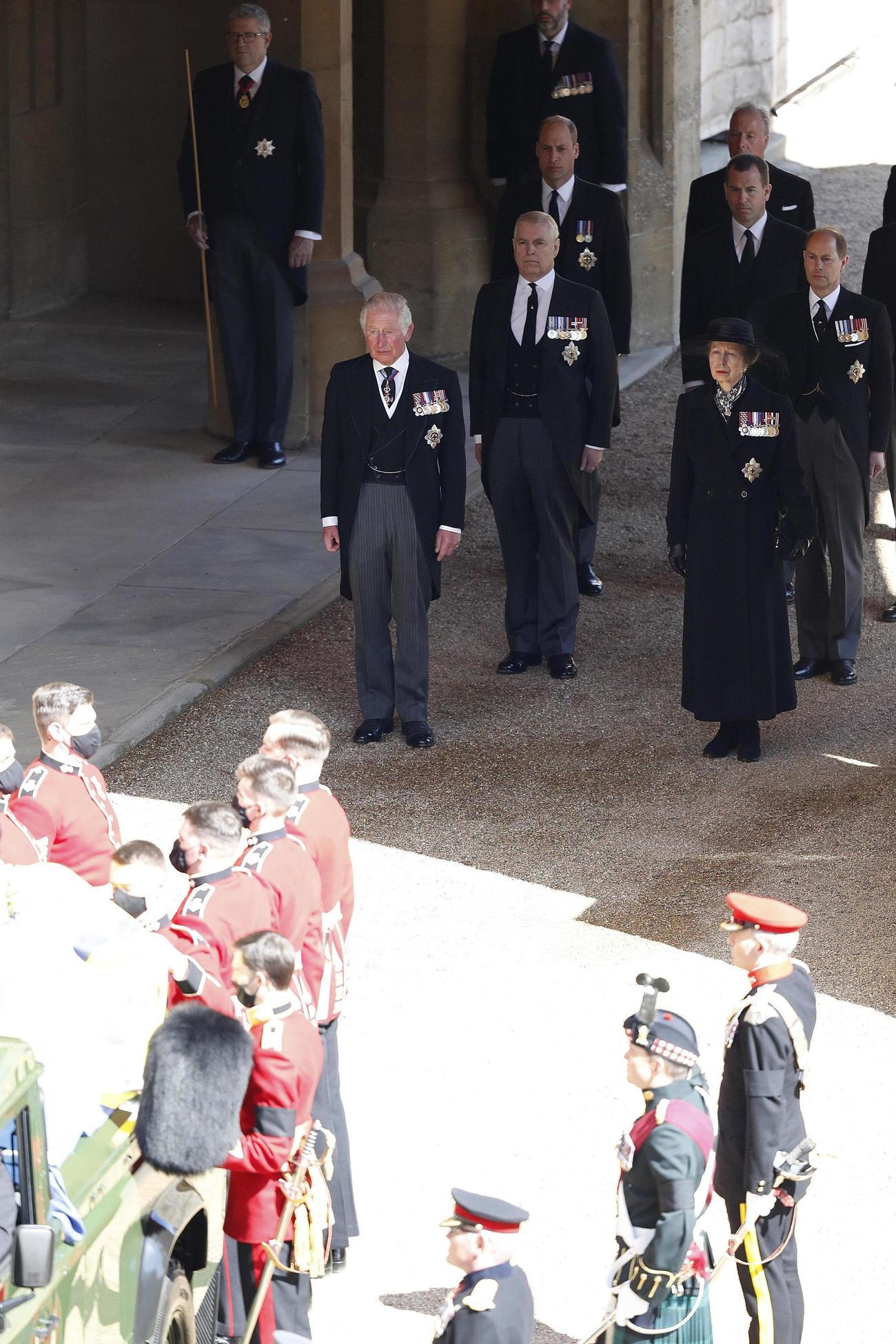 17日、英ロンドン郊外ウィンザー城で行われたフィリップ殿下の葬儀に参列したチャールズ皇太子ら王室関係者(奥)(ゲッティ=共同)