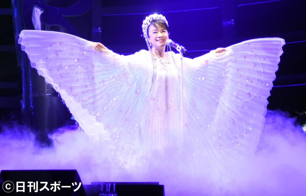 筒美京平さんのトリビュートコンサートで「魅せられて」を歌うジュディ・オング(撮影・大友陽平)