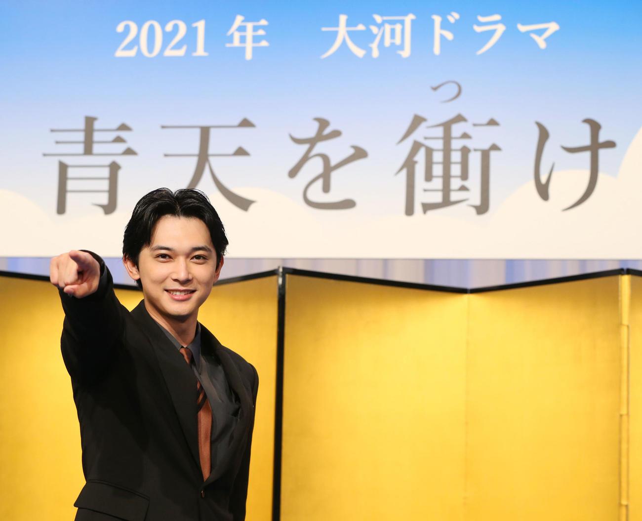 第60作NHK大河ドラマ「青天を衝け」制作・主演発表会見でポーズを決める渋沢栄一役で主演の吉沢亮(2019年9月9日撮影)
