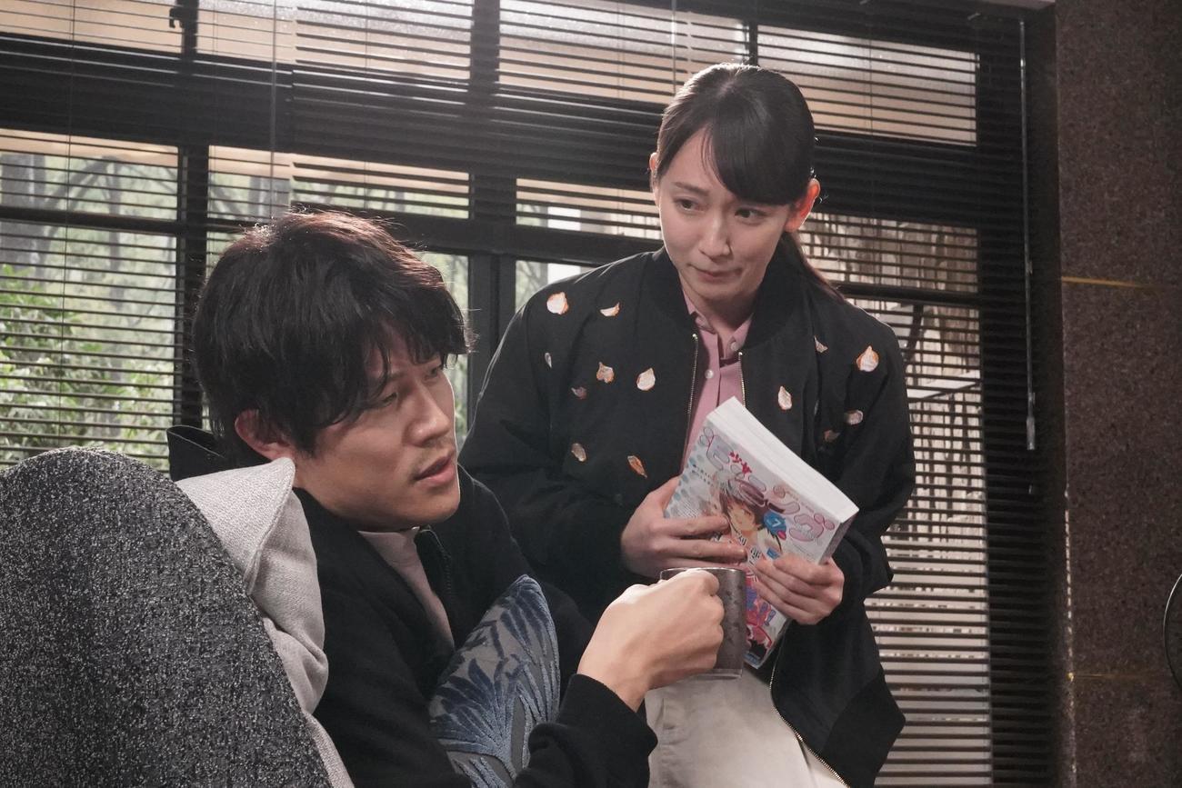 刈部清一郎(鈴木亮平=左)から新たなミッションを命じられる久遠あいこ(吉岡里帆)(C)フジテレビ