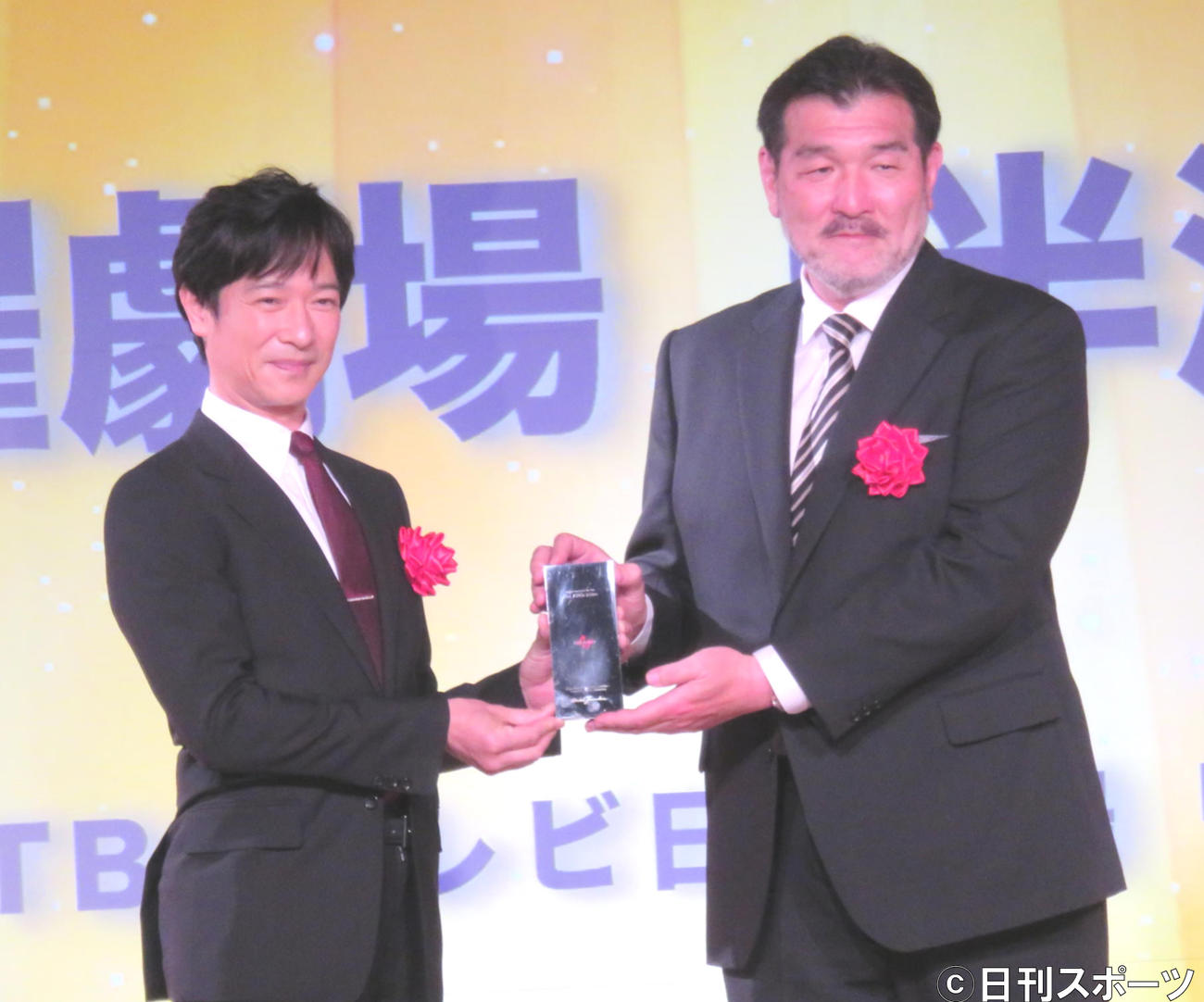 AMDアワードの優秀賞をTBS系ドラマ「半沢直樹」で受賞した主演の堺雅人(左)と演出の福沢克雄氏