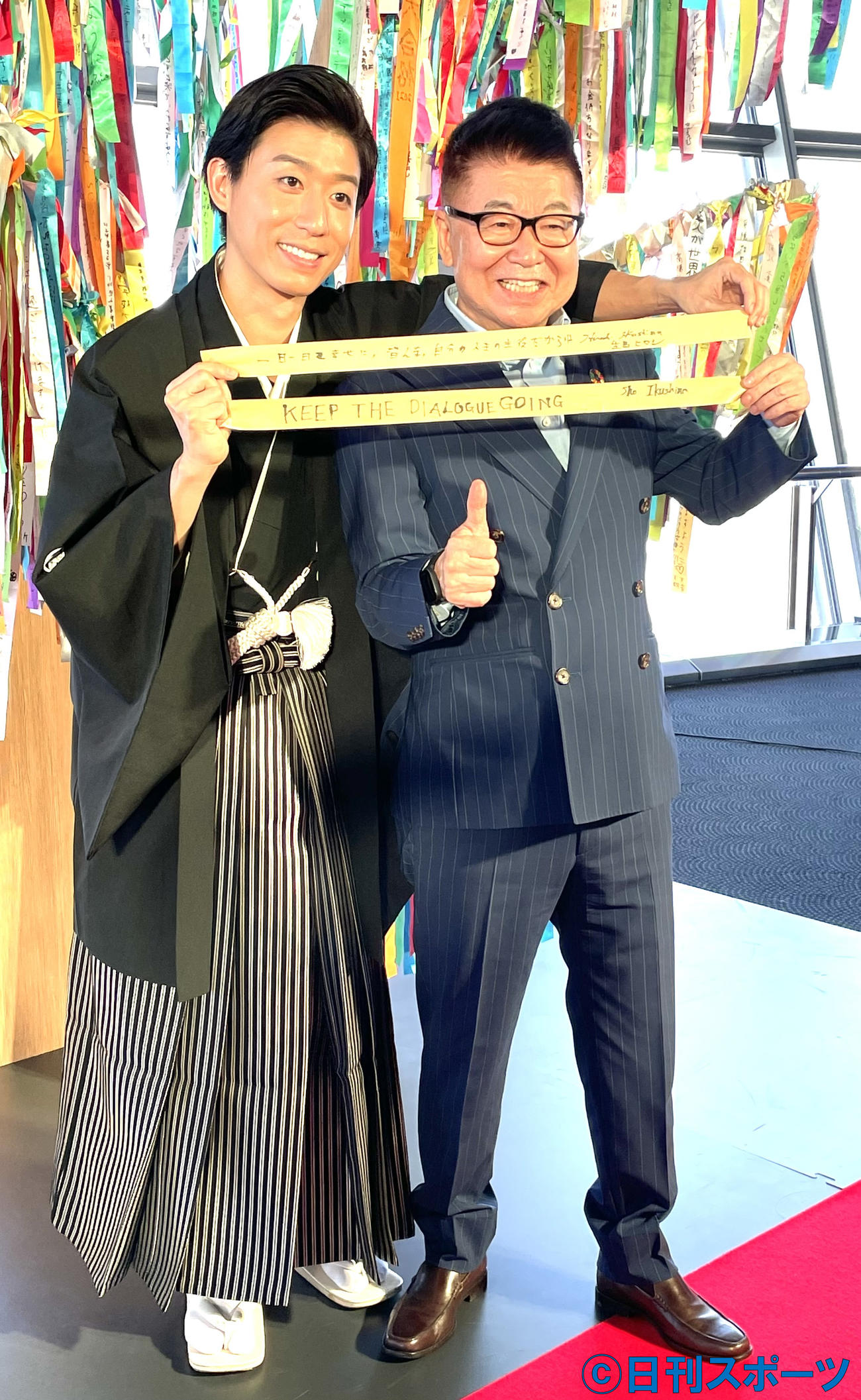 「世界中で地球を考えるアースデイ」の新モニュメントを設置イベントの司会を務めた生島翔(左)と父親の生島ヒロシ