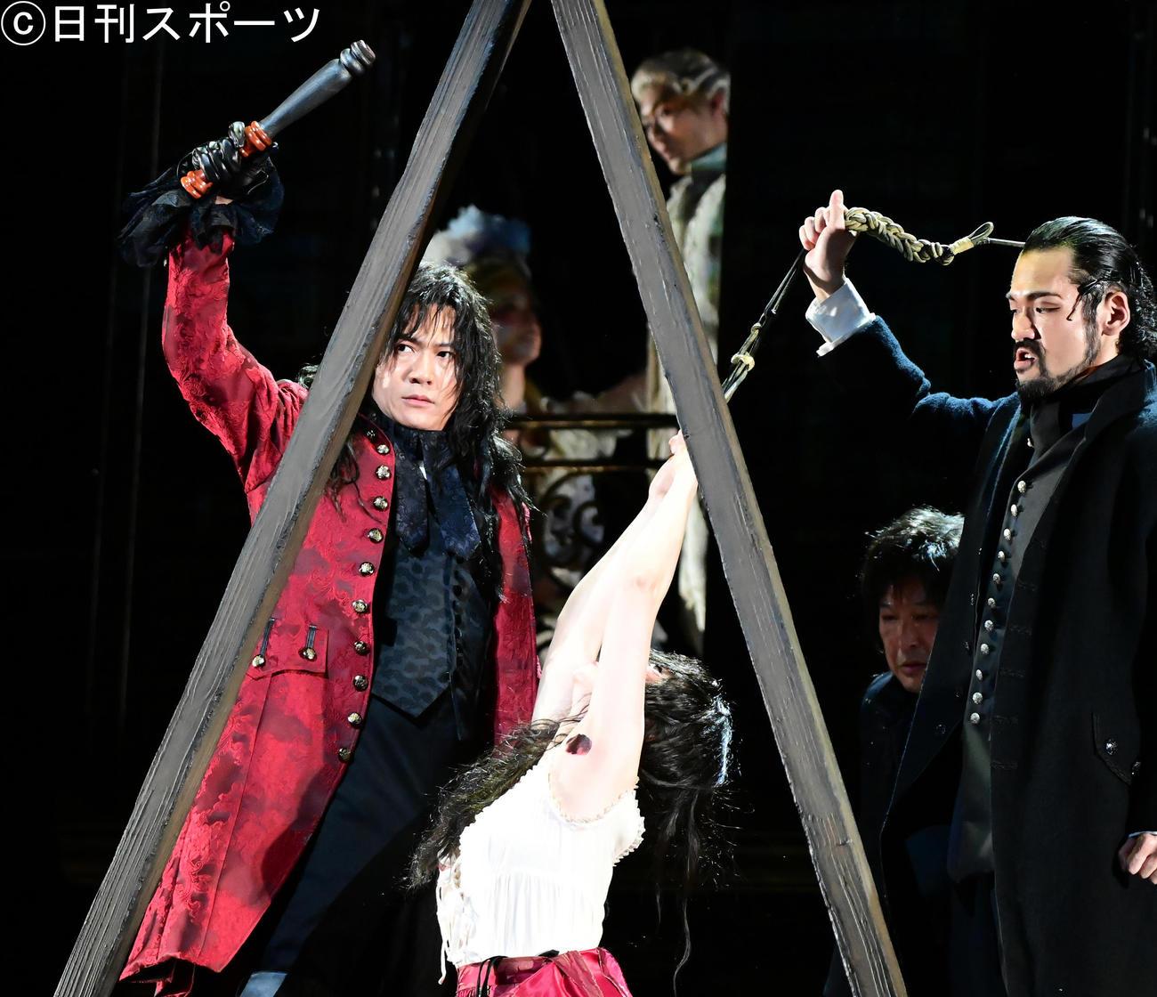 「サンソン-ルイ16世の首をはねた男-」公開ゲネプロで熱演する稲垣吾郎(左)(撮影・小沢裕)