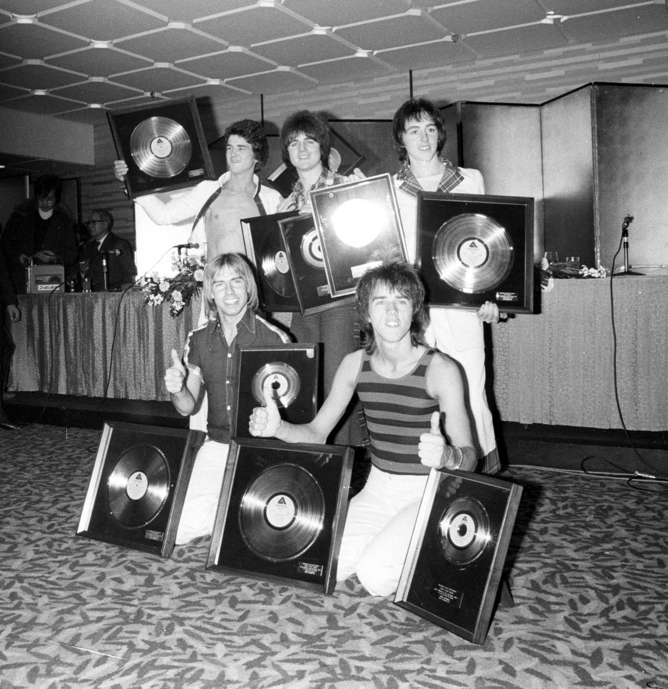 76年12月14日、来日会見を行ったベイ・シティ・ローラーズ。後列左がマッコーエンさん