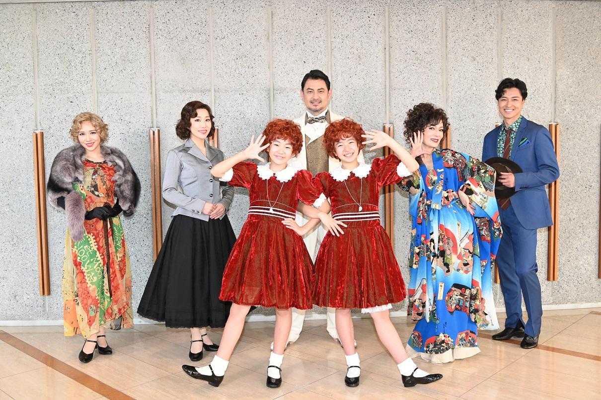 ミュージカル「アニー」の公開舞台げいこを行った出演者たち