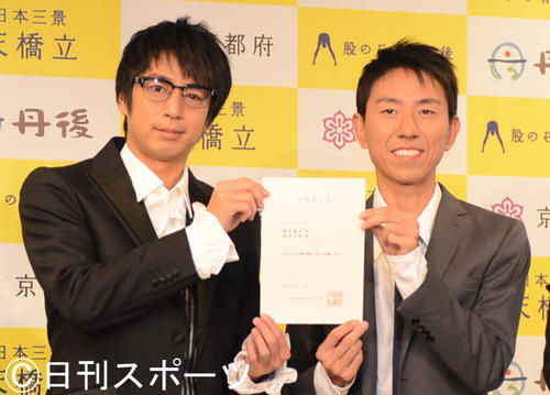 チュートリアルの徳井義実(左)と福田充徳(2012年11月27日撮影)