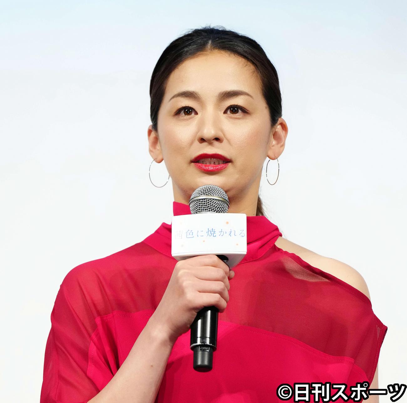 映画「茜色に焼かれる」完成報告会に臨む主演の尾野真千子(2021年4月27日)