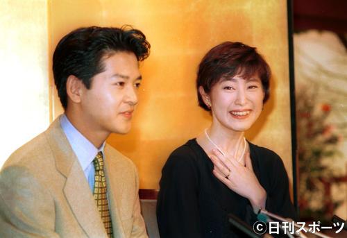 緒形直人(左)、仙道敦子(1993年12月13日)
