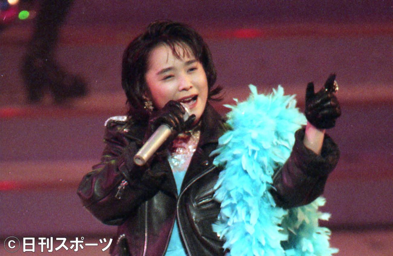 第45回紅白歌合戦で熱唱する久宝留理子(1994年12月31日撮影)