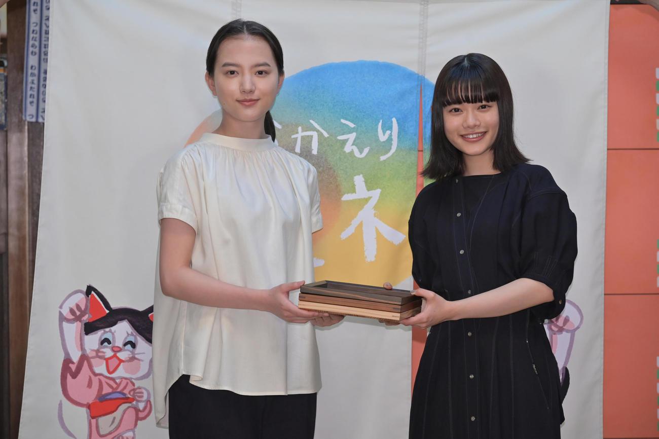 NHK朝の連続テレビ小説のバトンタッチセレモニーに臨んだ清原果耶(左)と杉咲花
