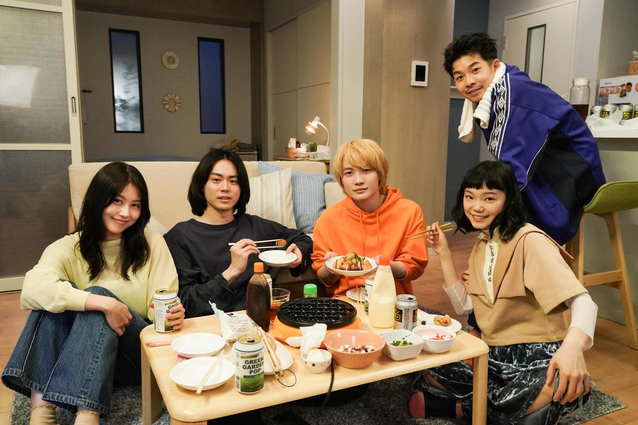 日本テレビ系ドラマ「コントが始まる」に出演する、左から有村架純、菅田将暉、神木隆之介、古川琴音。右後方は仲野太賀