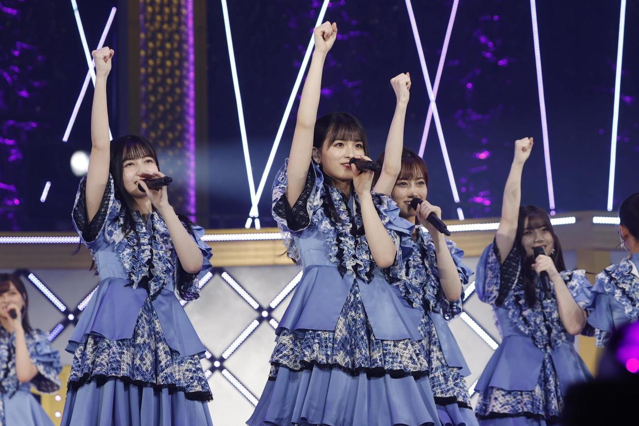 乃木坂46の3期生ライブで「3番目の風」を披露する大園桃子(中央)久保史緒里(左)ら
