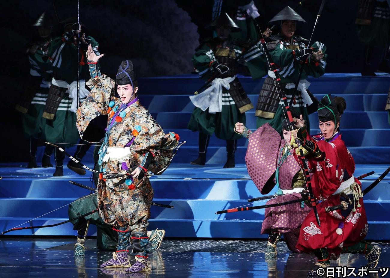 「桜嵐記」で兄弟役を演じたトップ珠城りょう(左)と、次期トップの月城かなと(右)(撮影・清水貴仁)