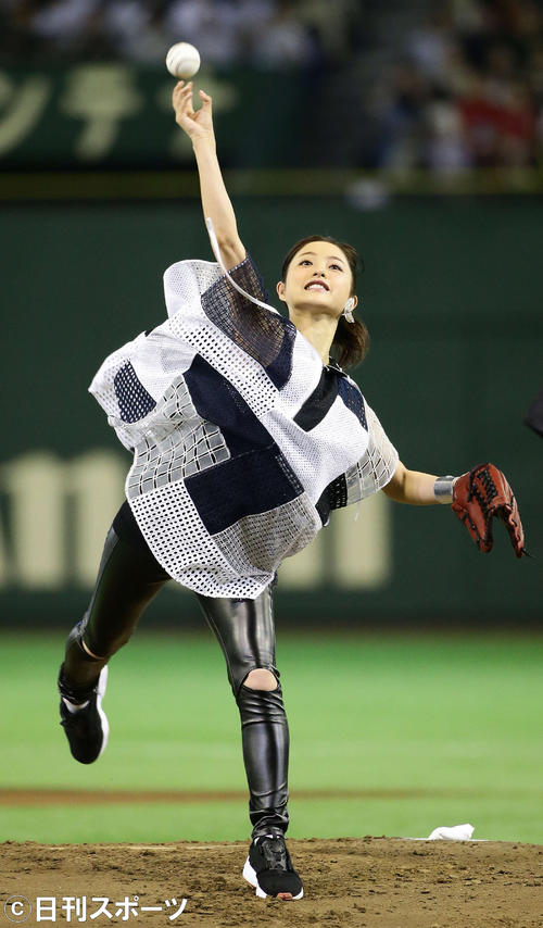 マサカリ投法で始球式を行う石原さとみ(2015年8月撮影)