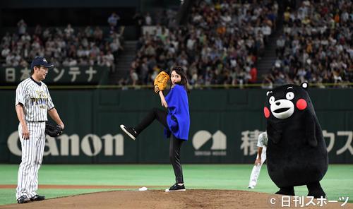 「サントリー ドリームマッチ 2018」 三浦大輔氏(左)を真似て2段モーションで始球式をする石原さとみ。右は見つめるくまモン(2018年7月30日撮影)