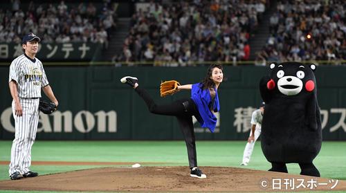 「サントリー ドリームマッチ 2018」 三浦大輔氏(左)を真似て2段モーションで始球式をする石原さとみ。右は見つめるくまモン(撮影・横山健太)