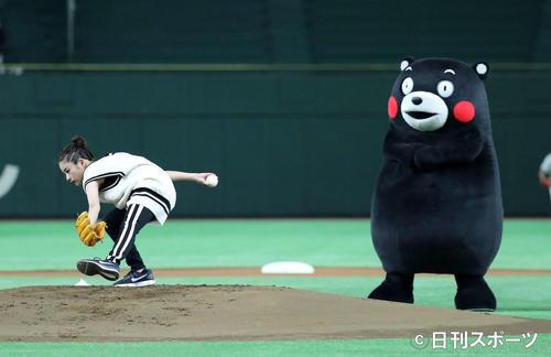 「サントリー ドリームマッチ 2017」 始球式をする石原さとみと、くまモン(2017年8月撮影)