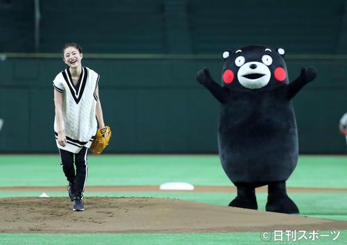 「サントリー ドリームマッチ 2017」 始球式をする石原さとみ(左)と、くまモン(撮影・鈴木正人)