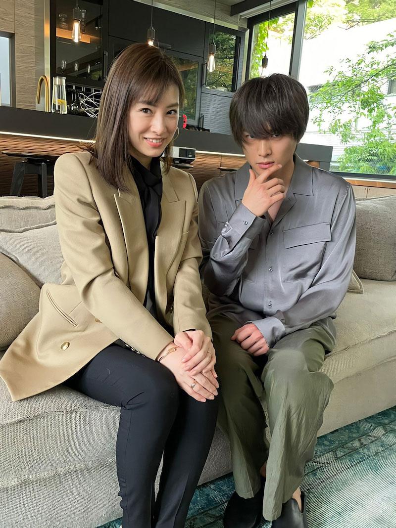 北川景子と白洲迅がソファでポーズをとるオフショット写真(TBS系ドラマ「リコカツ」オフィシャルブログより)