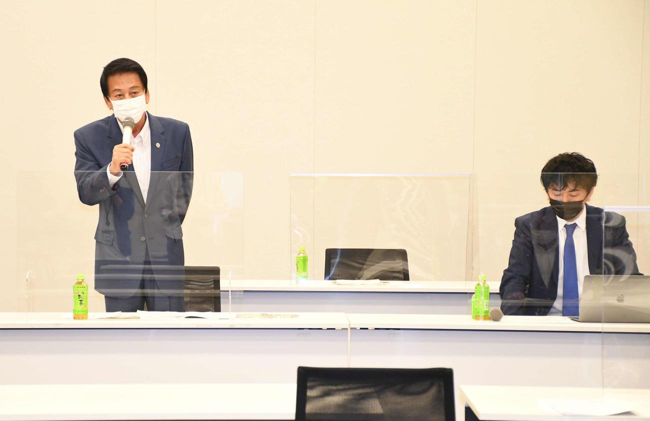 「超党派 日本国際ダンス連盟(FIDA JAPAN)を応援する議員連盟」第2回総会であいさつする杉良太郎(左)。右は神田勘太朗会長(撮影・大友陽平)