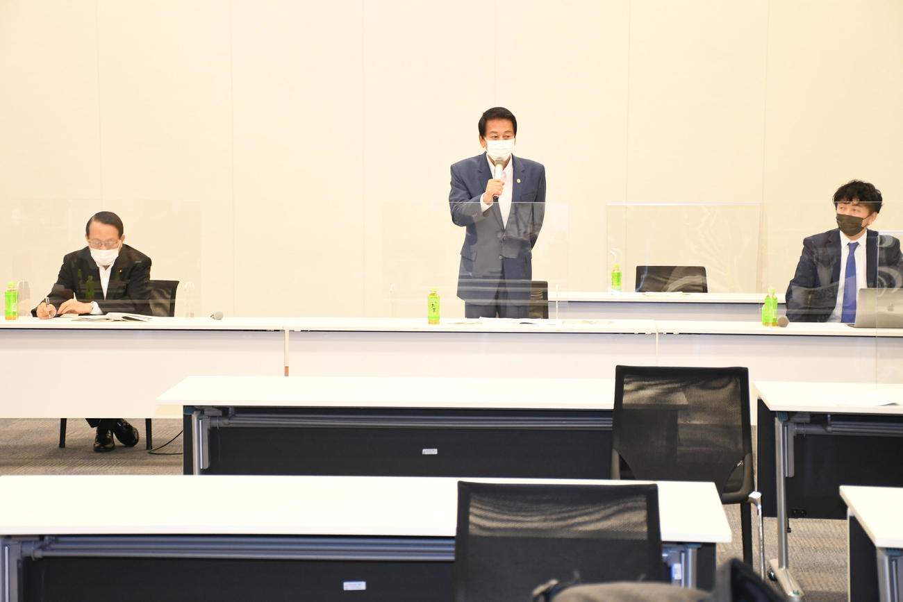 「超党派 日本国際ダンス連盟(FIDA JAPAN)を応援する議員連盟」第2回総会であいさつする杉良太郎(中央)。左は発起人の平沢勝栄復興相、右は神田勘太朗会長(撮影・大友陽平)