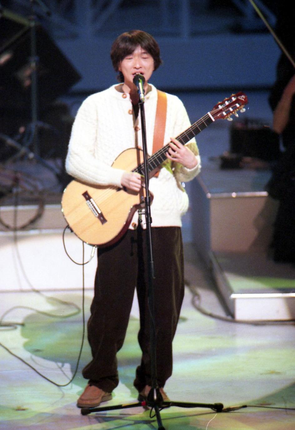 第47回紅白歌合戦で熱唱する小沢健二(1996年12月)