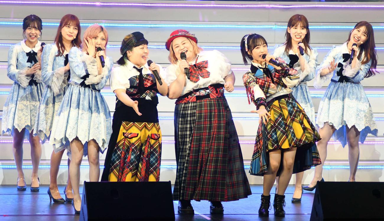舞台「AKB48 THE AUDISHOW」で「恋するフォーチュンクッキー」を岡田奈々(左から3人目)らAKBメンバーと披露するおかずクラブ(撮影・大友陽平)