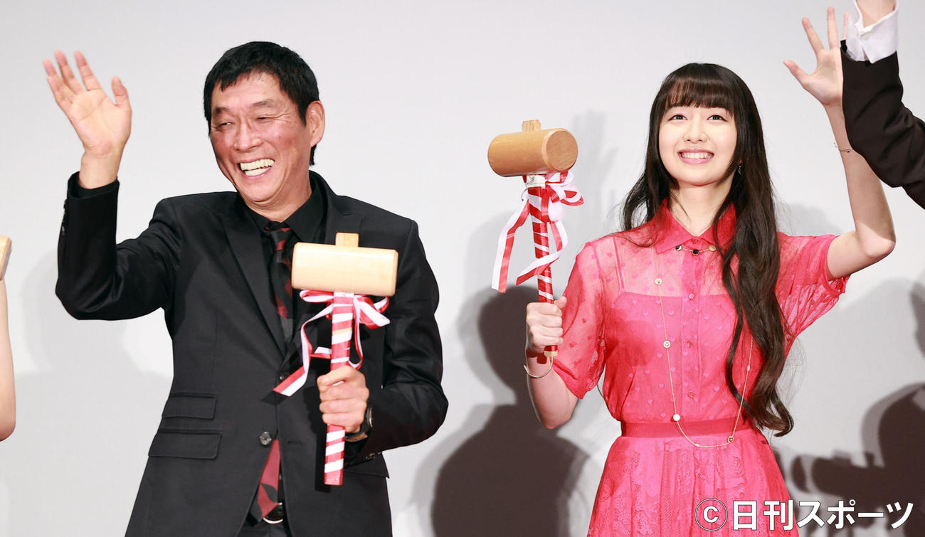 映画「漁港の肉子ちゃん」公開記念舞台あいさつの鏡開き後、笑顔で手を振る明石家さんま(左)とCocomi(撮影・浅見桂子)