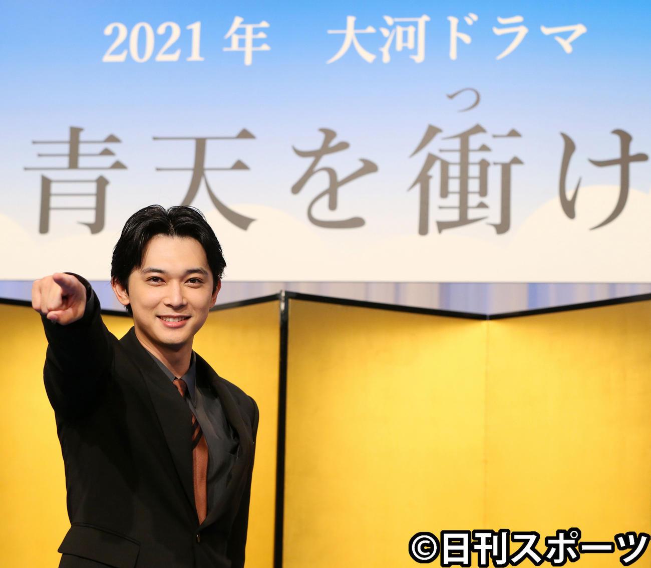 NHK大河ドラマ「青天を衝け」制作・主演発表会見でポーズを決める渋沢栄一役の吉沢亮(2019年9月撮影)