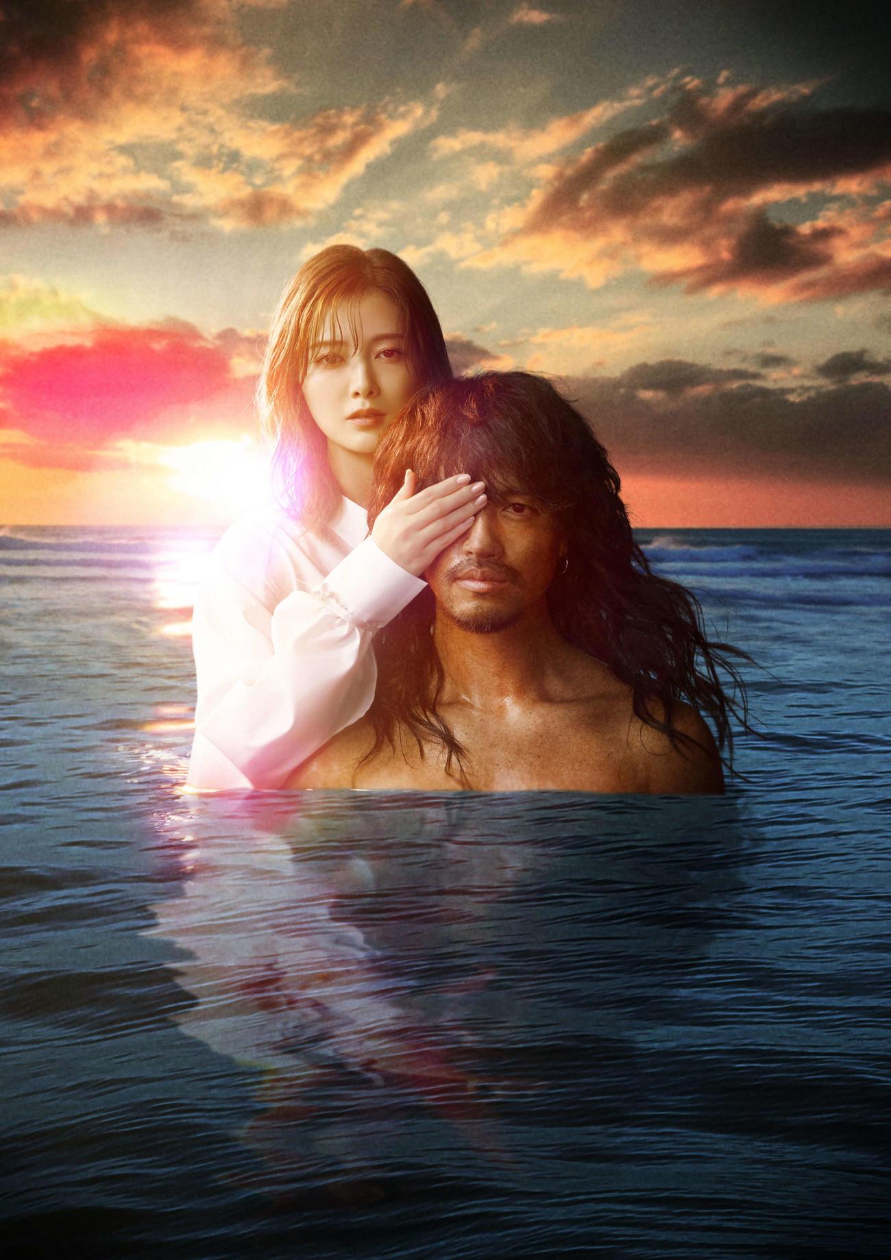 テレビ朝日系ドラマ「漂着者」で主演を務める斎藤工(右)とヒロインを務める白石麻衣