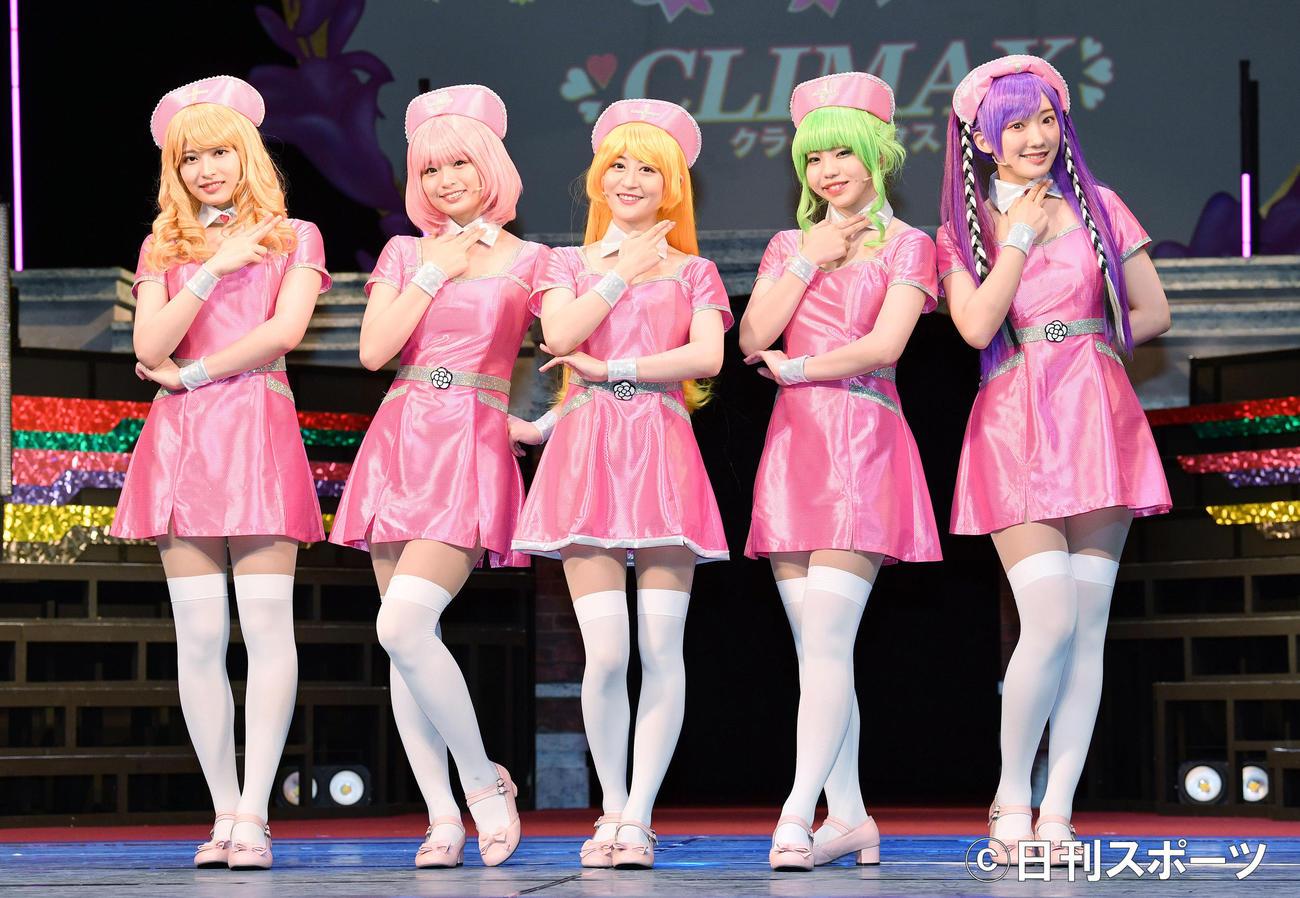 ナース姿の衣装でポーズを決める、左から行天優莉奈、西葉瑞希、上西恵、佐藤日向、相沢瑠香(撮影・滝沢徹郎)